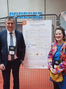 Frédérick Bigrat, directeur du SIRIS, et Mélody Laurent, cheffe de projet au SIRIS, devant leur poster à la conférence EIAH 2019.
